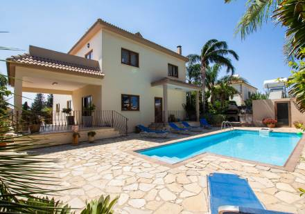 5 Bedroom Villa in Dheryneia <i>€ 550,000)}}