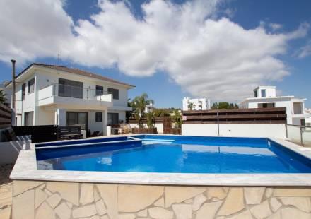 4 Bedroom Villa in Cape Greko <i>€ 590,000)}}
