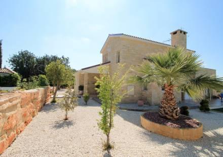 4 Bedroom Villa in Anogyra <i>€ 495,000)}}
