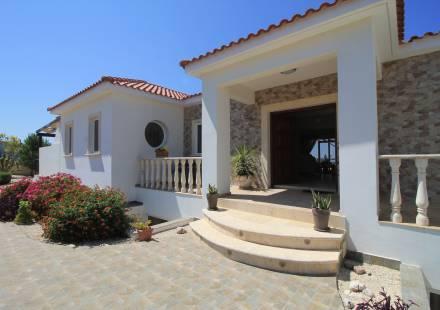 5 Bedroom Villa in Akoursos <i>€ 995,000)}}