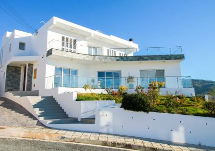 5 Bedroom Villa in Peyia <i>€ 800,000)}}