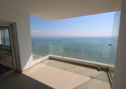 2 Bedroom Apartment in Makenzie Beach <i>€ 450,000)}}