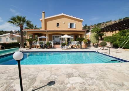5 Bedroom Villa in Peyia <i>€ 580,000)}}