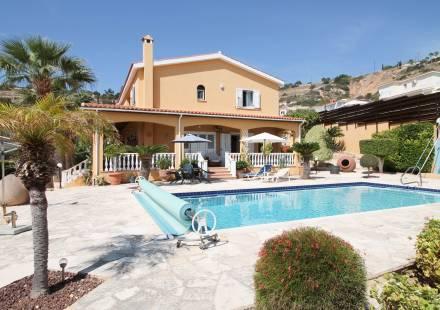 5 Bedroom Villa in Peyia <i>€ 515,000)}}