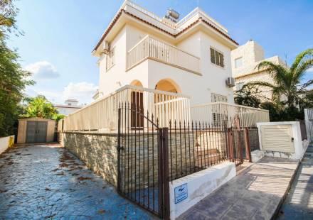 3 Bedroom Villa in Ayia Triada <i>€ 780,000)}}