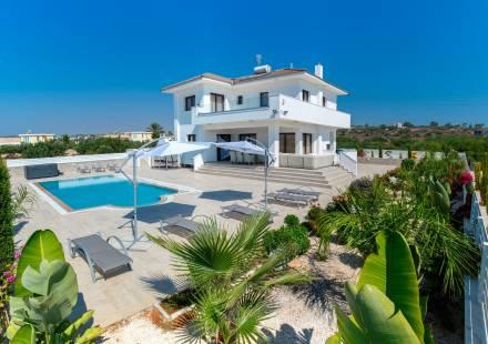 4 Bedroom Villa in Cape Greko <i>€ 1,250,000)}}