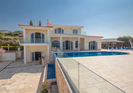6 Bedroom Villa in Akoursos <i>€ 1,950,000)}}
