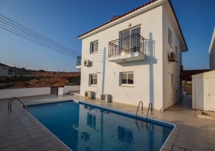 4 Bedroom Villa in Oroklini <i>€ 250,000)}}
