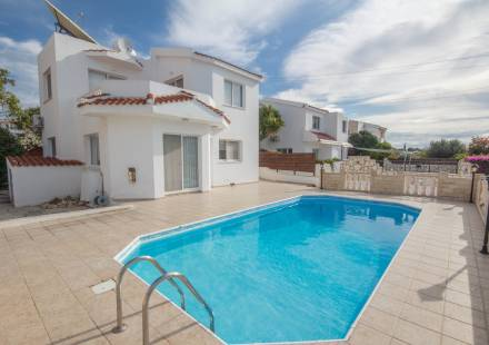 4 Bedroom Villa in Peyia <i>€ 290,000)}}