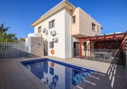 3 Bedroom Villa in Oroklini <i>€ 290,000)}}