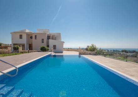 4 Bedroom Villa in Kouklia <i>€ 2,300,000)}}