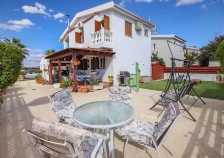 3 Bedroom Villa in Mazotos <i>€ 199,500)}}