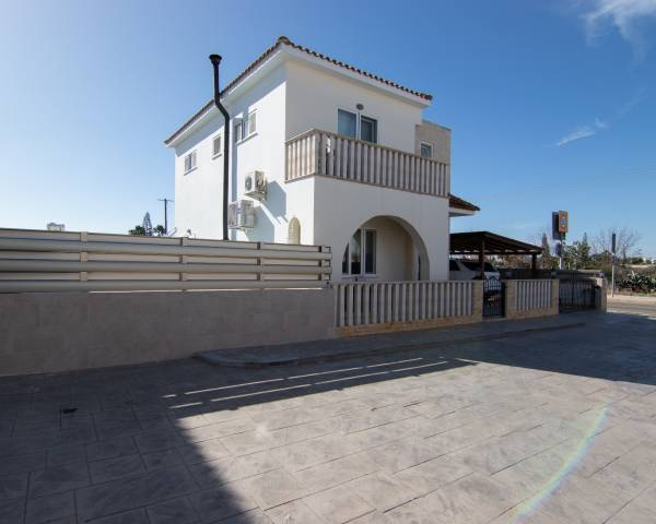 MLS9888 3 bedroom villa in Frenaros with Title Deeds